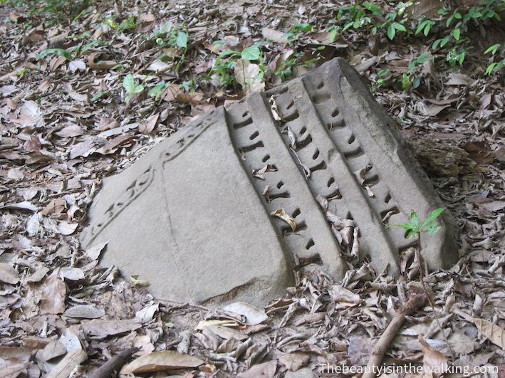 pierre sculptée sol Bang Mealea.JPG
