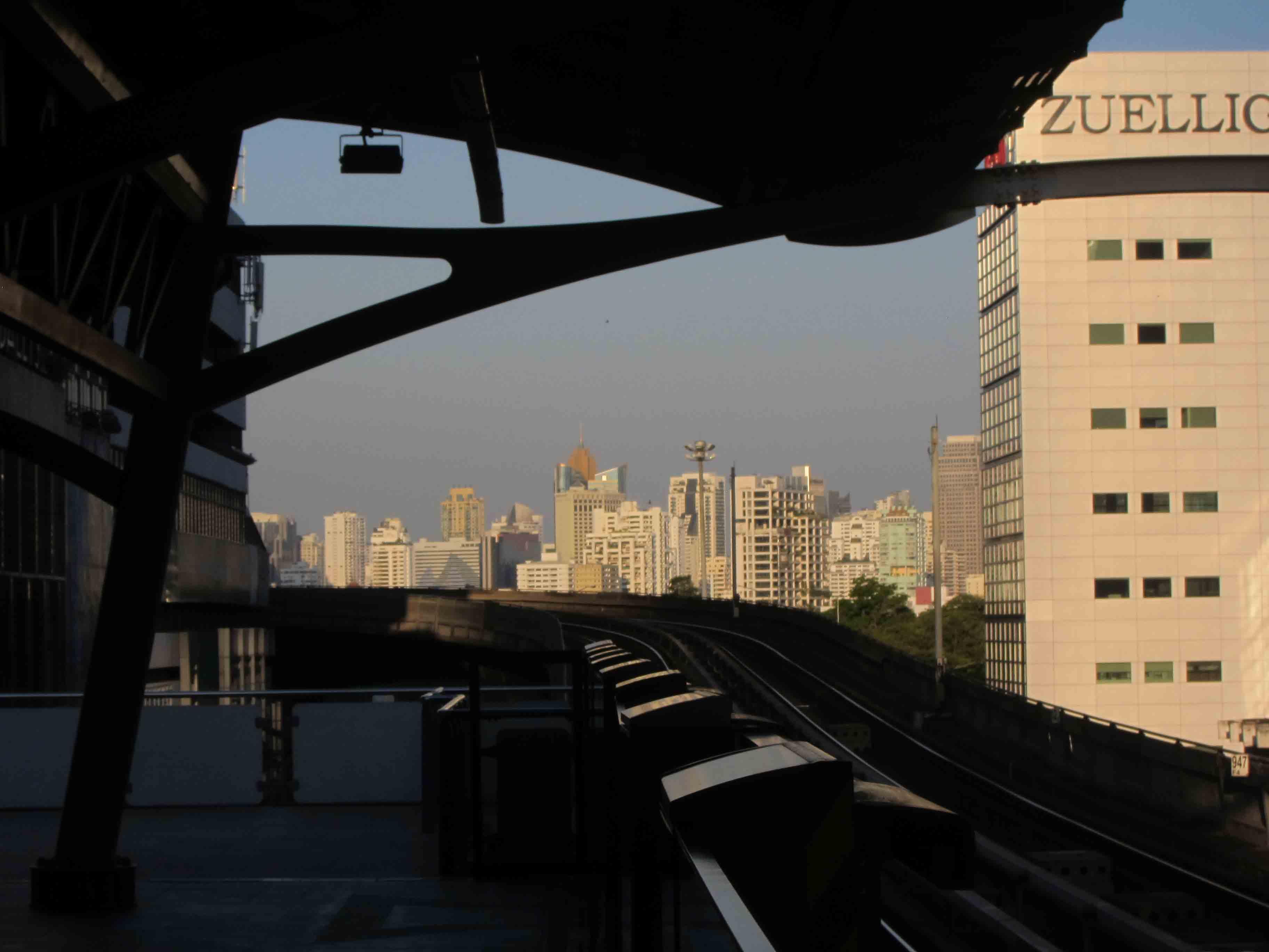 BTS-skytrain-Bangkok-Thailande.jpg