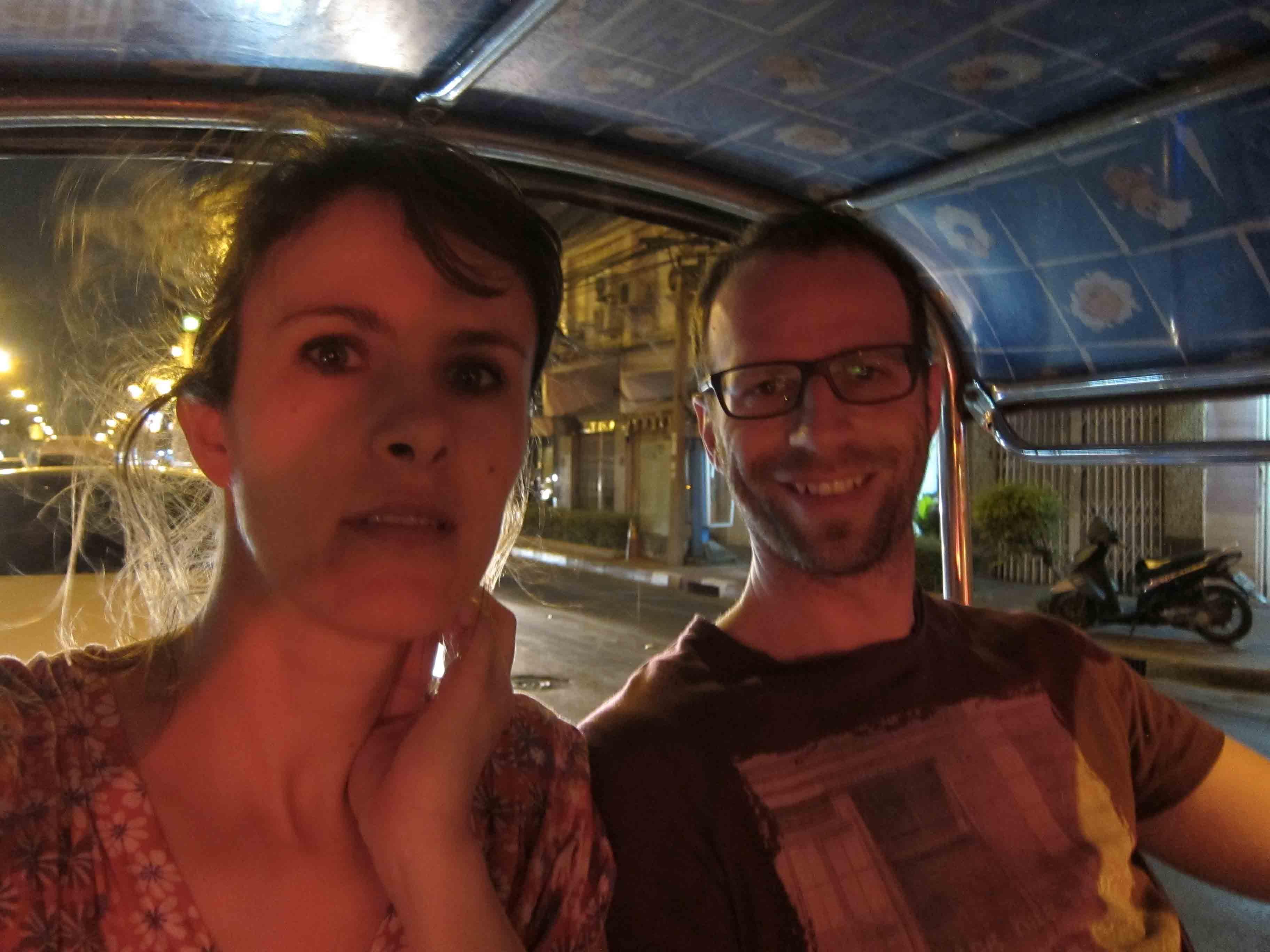Erik-et-Vero-en-tuk-tuk-Bangkok-Thailande.jpg