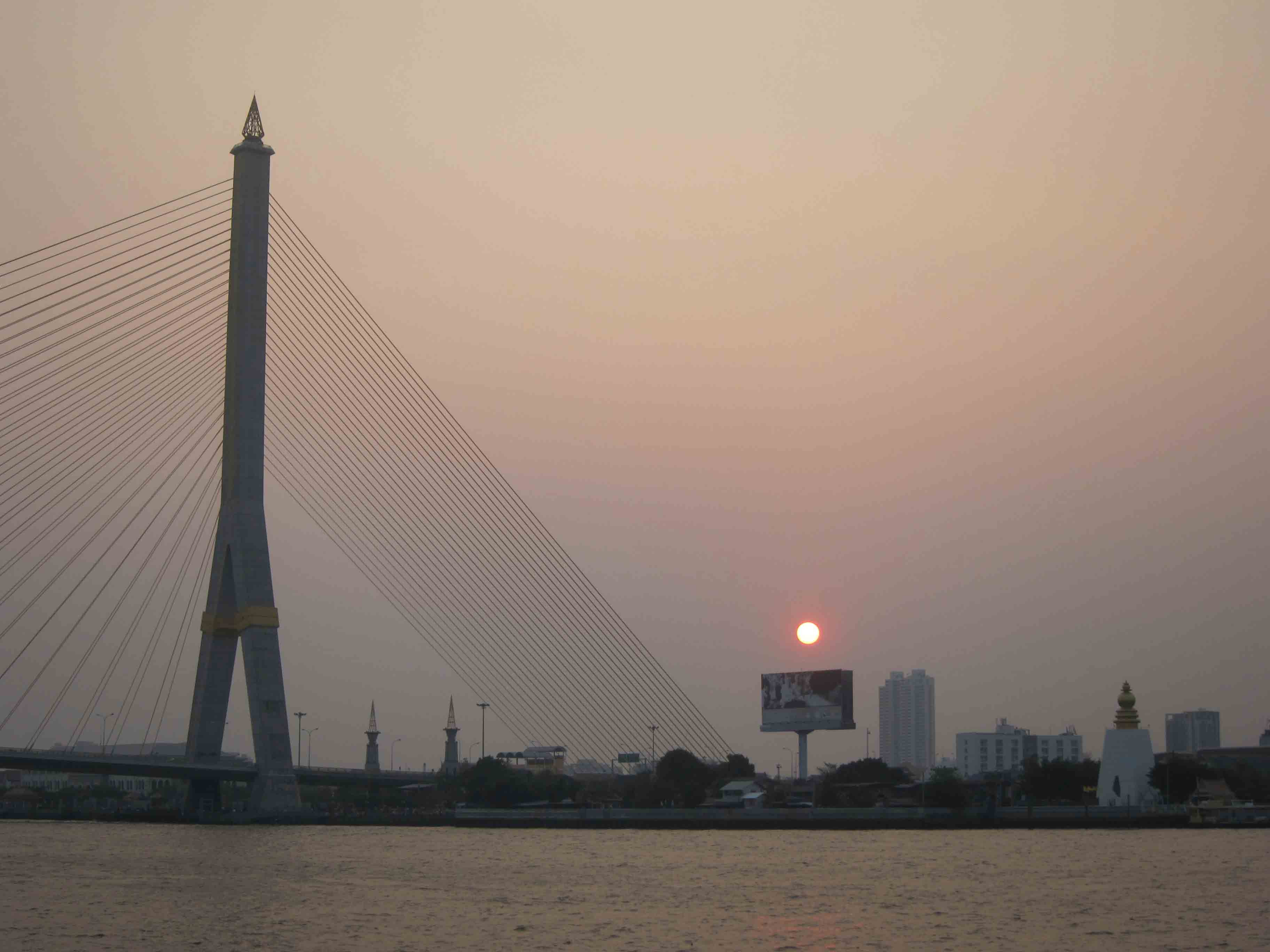 Sur-la-Chao-Phraya-Bangkok-Thailande.jpg