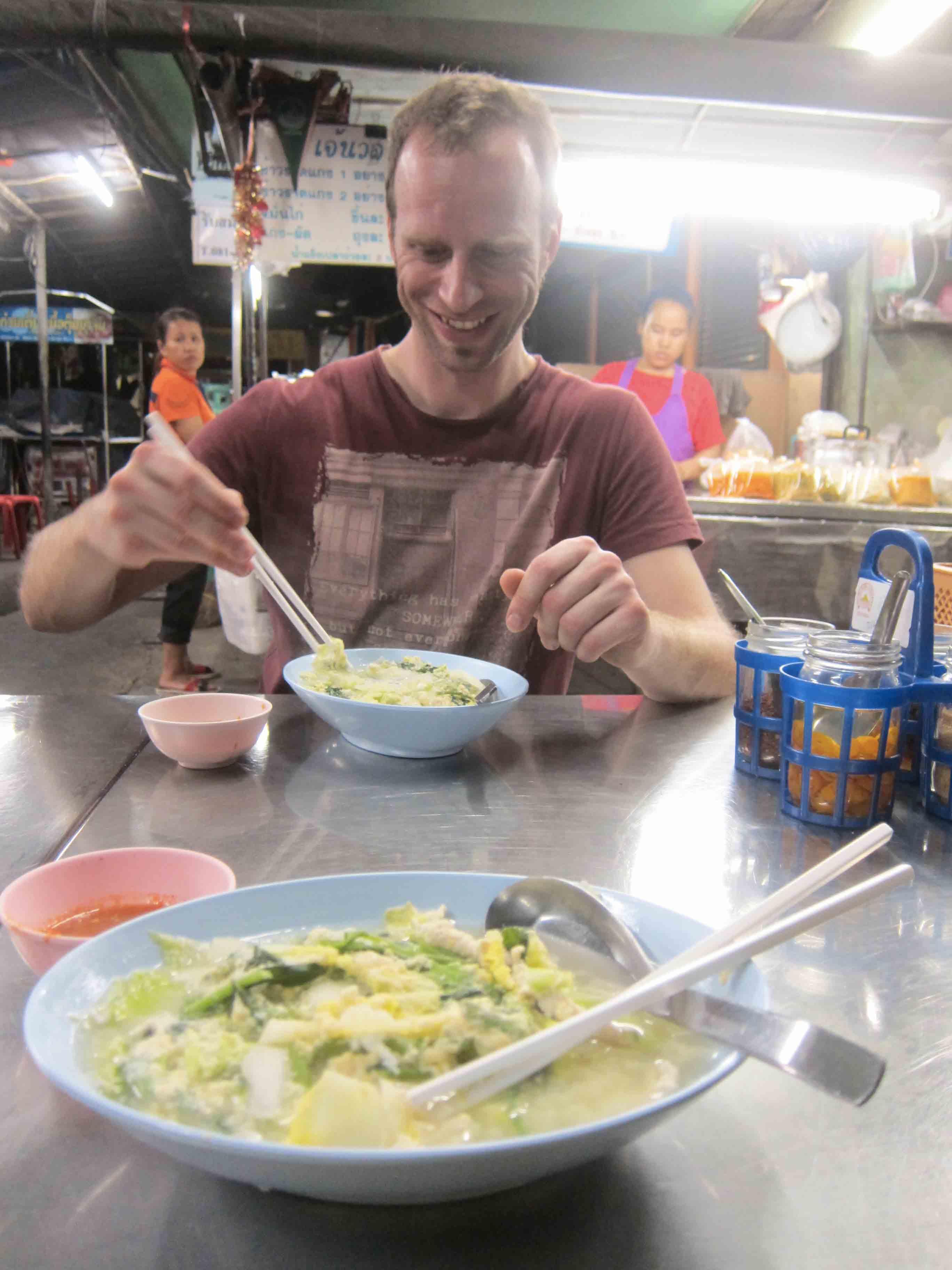 Erik-soupe-au-marche-Samsen-Bangkok-Thailande.jpg