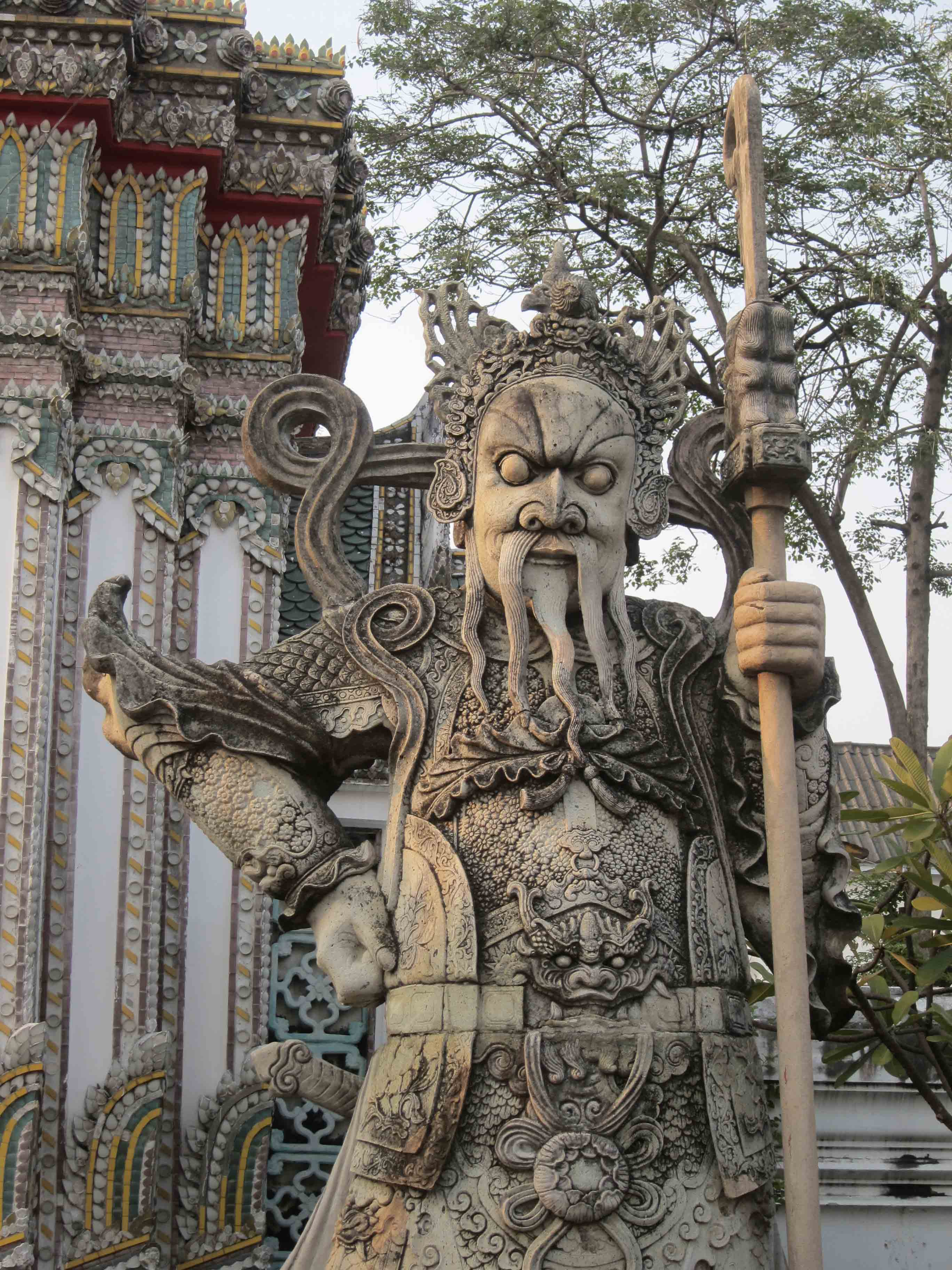Sages-peuplent-le-temple-Wat-Pho-Bangkok-Thailande.jpg